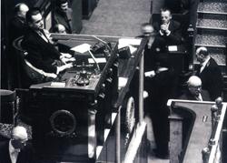 Assemblée nationale - Première séance de la première législature de la Cinquième République, 9 décembre 1958 - Jacques Chaban-Delmas au perchoir - © Roger-Viollet