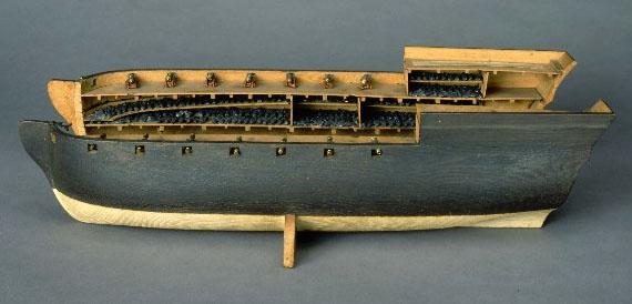 Maquette de navire n�grier charg� d'esclaves, XVIIIe si�cle