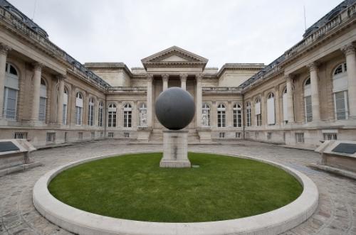 La Cour d'honneur du Palais Bourbon avec la sphère des droits de l'homme - Source: Thinkstock