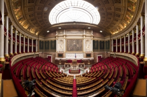 Photo panoramique de l'hémicycle et des tribunes vides - Source: Assemblée nationale