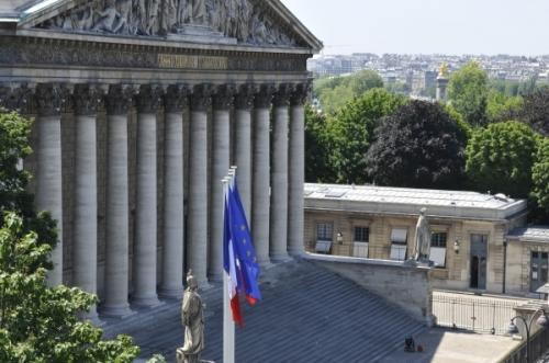 La colonnade de l'Assemblée photographiée de haut et de côté - Source: Assemblée nationale